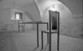 John Reardon: Chléb a železo — instalace (1995). Fotograf: Daniel Šperl