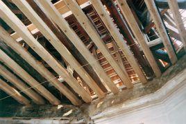 Tilman Küntzel: Zvukové vlny křížení poledníků na Entarktickém šelfu, strop — instalace (1995). Fotograf: Tilman Küntzel