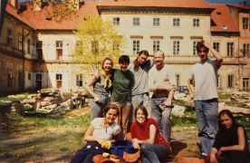 Ulay: students with Ulay (1995). Photographer: Pavel Koch