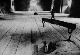 Deborah Boardman: Stable — installation (1993). Photographer: Daniel Šperl