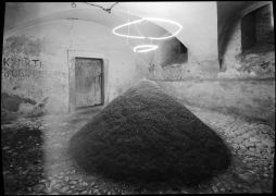 Mary Modeen: Untitled — sand, neon (1993). Photographer: Daniel Šperl